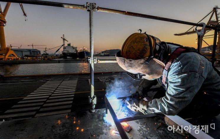경남 거제 대우조선해양 옥포조선소에서 용접작업하는 모습./강진형 기자aymsdream@
