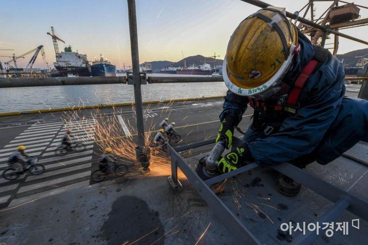 조선업이 연간 수주량에서 2011년 1위를 차지한 이후 2012년부터 2017년까지 6년 연속 중국에 밀려 2위에 머물렀다. 하지만 올해 1월에서 11월 전 세계 선박 발주량 2600만CGT(표준화물선 환산톤수) 중 42%에 해당하는 1090만CGT를 수주하며 조선업 턴어라운드를 예고했다. 위기 뒤 기회를 맞은 조선업계에게 내년은 그 어느 때보다 중요한 시기다. 올해와 지난해 하반기 수주 실적을 통해 불황의 그늘을 벗어날 수 있는 기회이기 때문이다. 2019년 조선업의 활황으로 대한민국 경제 성장의 견인차 역할을 하길 기대해본다. 사진은 경남 거제 대우조선해양 옥포조선소에서 노동자가 힘차게 글라인딩 작업하는 모습./강진형 기자aymsdream@