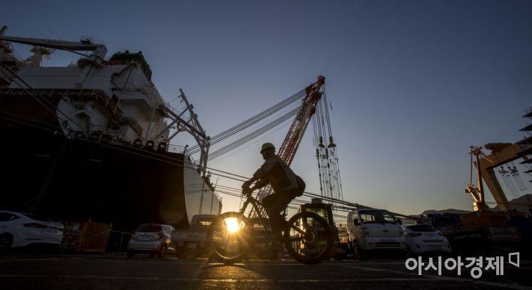 경남 거제 대우조선해양 옥포조선소에서 노동자들이 떠오르는 태양과 함께 작업장인 LNG선으로 출근하는 모습./강진형 기자aymsdream@