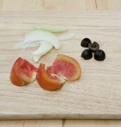 3. 토마토는 먹기 좋은 크기로 썰고, 양파는 채썰고, 올리브는 모양대로 2등분 한다.