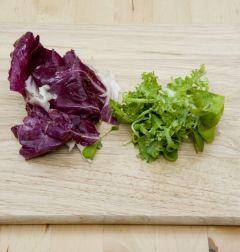 4. 샐러드용 채소는 깨끗이 씻어 한입 크기로 찢어둔다.