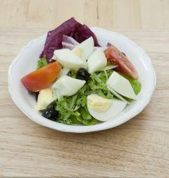 6. 샐러드 재료를 한데 섞고 올리브 드레싱을 뿌린 후 어슷하게 잘라둔 스트링 치즈를 올린다.