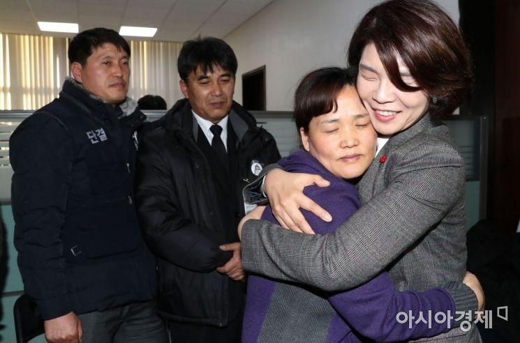 [포토] 기쁨 나누는 한정애 간사-김미숙 씨