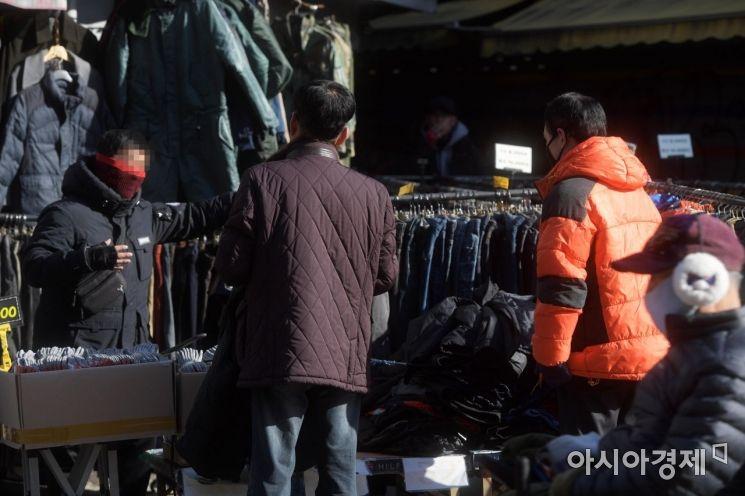 강추위가 이어지고 있는 28일 서울 동묘시장에서 시민들이 겨울옷을 살펴보고 있다. /문호남 기자 munonam@