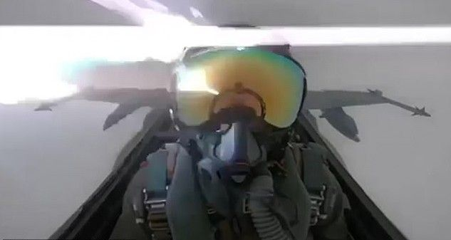 F-18 전투기가 벼락을 맞으면…