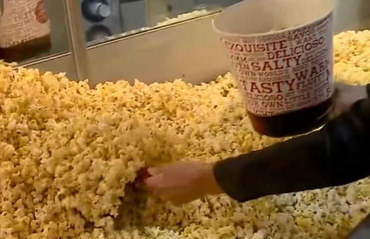 팝콘은 단시간에 대량 생산이 가능하고, 극장처럼 단시간에 많은 사람들이 몰렸다가 빠져 나가는 업종에 적합했습니다. [사진=유튜브 화면캡처]