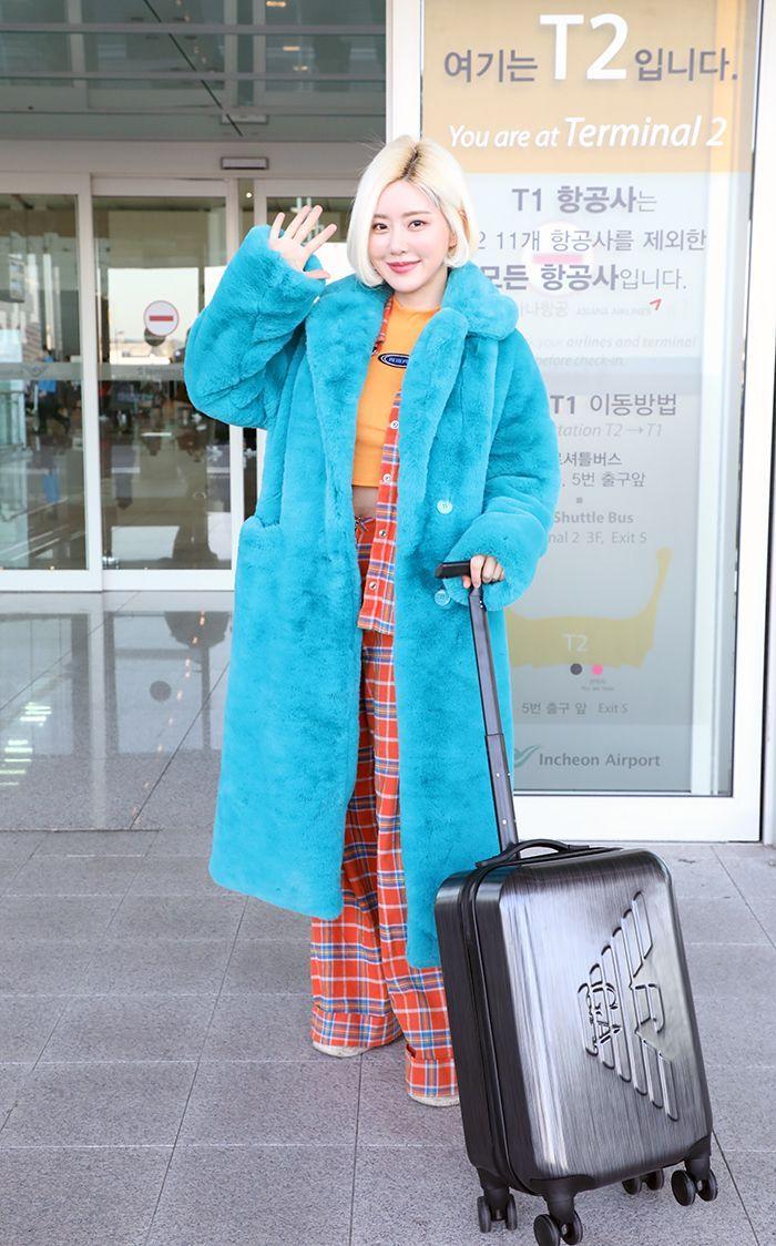 """[씨스타일] DJ 소다, 반전 컬러 패션으로 '공항룩' 완성 …""""함께 떠나요~"""""""