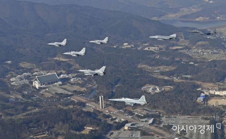 3.1운동 및 임시정부 수립 100주년과 공군 창군 70주년인 2019년을 맞아 이왕근 공군참모총장이 지휘하는 FA-50 전투기 편대가 공군의 주력전투기인 F-15K, KF-16, F-4E, KF-5F와 합류하여 독립기념관 상공을 지나가고 있다. (사진=공군)