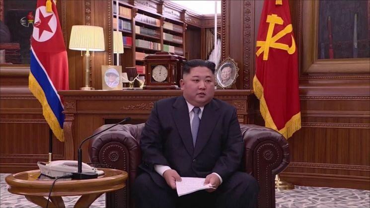 김정은 북한 국무위원장이 1일 오전 9시에 노동당 중앙위원회 청사에서 육성으로 신년사를 발표하고 있다. 김정은 위원장은 예전과 달리 올해는 소파에 앉아 신년사를 발표했다.