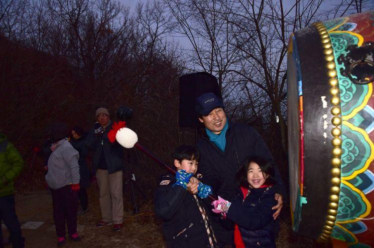 아이들과 대북타고하는 문석진 서대문구청장
