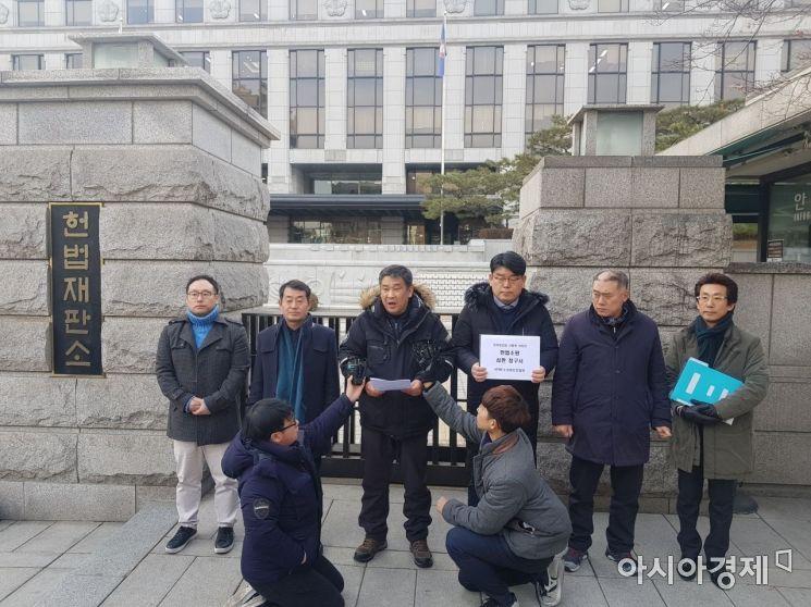 지난 12월31일 소상공인연합회가 '최저임금법 시행령 개정안'에 대한 헌법소원 심판을 청구했다.