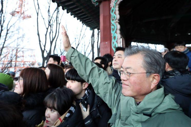 문재인 대통령이 1일 오전 서울 남산 팔각정에서 시민들과 함께 해돋이를 보고 있다.  사진=청와대