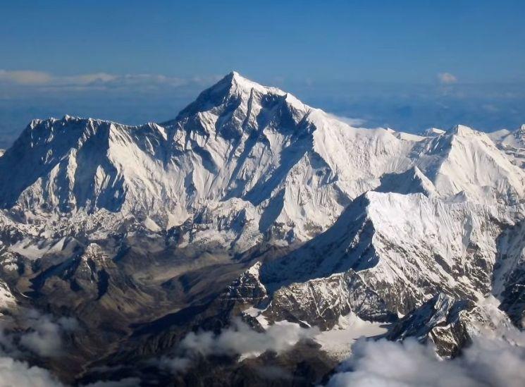 쓰레기장 된 에베레스트…등반객 1년에 300명으로 제한