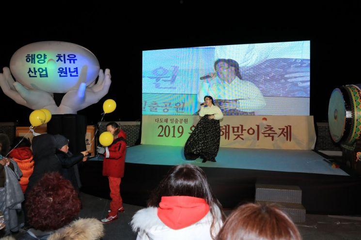 2019 완도 해맞이 행사에 참여한 국악인 오정해 씨가 공연하고 있다. 사진=완도군