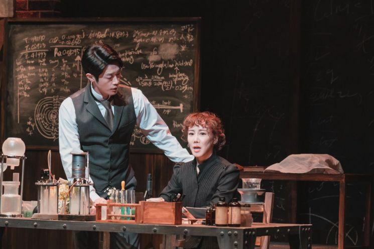 [박병희의 On Stage] 화려함 걷어내니 도드라진 '과학자 퀴리'의 삶