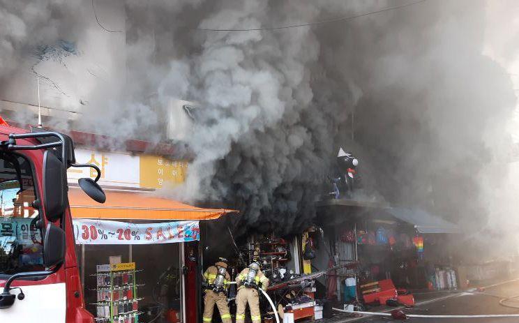지난 2일 오후 12시 20분께 강원 원주시 중앙시장에서 화재가 발생해 소방대원들이 진화 작업을 벌였다. 사진=연합뉴스