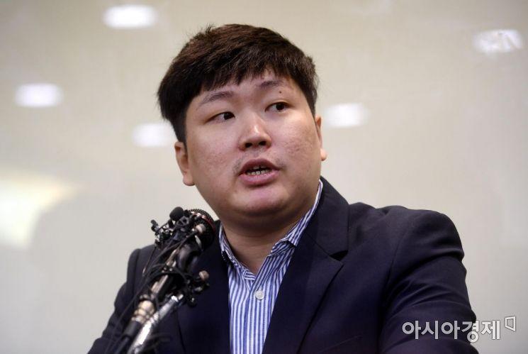 청와대의 KT&G 사장 교체 개입 의혹과 적자국채 발행 압력 등을 폭로한 신재민 전 기획재정부 사무관이 2일 서울 강남구 역삼동의 한 빌딩에서 긴급 기자회견을 열고 해당 폭로에 대한 답을 하고 있다.  신 전 사무관은 최근 자신의 유튜브를 통해 KT&G 사장 교체에 청와대가 개입했다는 문건을 입수했고 이를 언론사에 제보했다고 밝혔다. 또 청와대가 기재부에 4조원 규모의 적자국채를 추가 발행하라고 강압적으로 지시했다고 폭로했다./김현민 기자 kimhyun81@