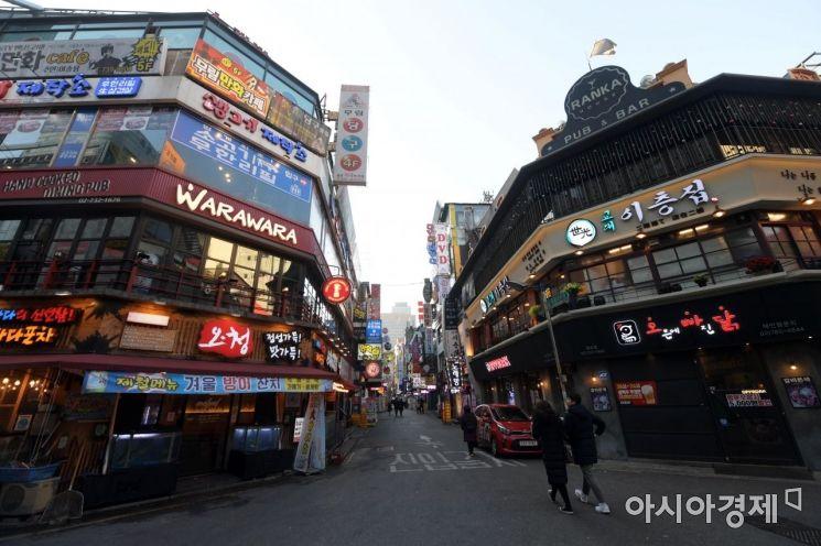 최저임금 인상에 따라 영세 자영업자의 인건비 부담이 커지고 있는 가운데 서울 종각역 인근 먹자골목이 한산한 모습을 보이고 있다. /문호남 기자 munonam@