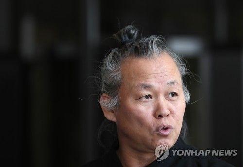 취재진 질문에 답하는 김기덕 감독. 사진=연합뉴스