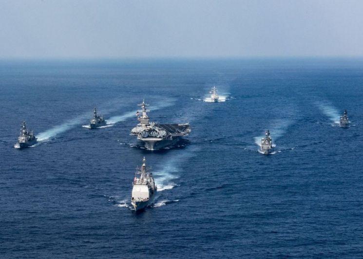 2017년 3월 28일(현지시간) 필리핀 해역에서 미국 해군의 핵추진 항공모함 칼빈슨호가 일본 해상자위대 구축함들과 함께 연합훈련을 실시하고 있다(사진=미 해군).