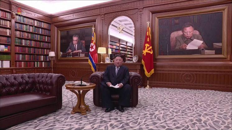 김정은 북한 국무위원장이 지난 1일 오전 9시 노동당 중앙위원회 청사에서 육성으로 신년사를 발표하고 있다. 김 위원장은 예전과 달리 올해 소파에 앉아 신년사를 발표했다(사진=연합뉴스).