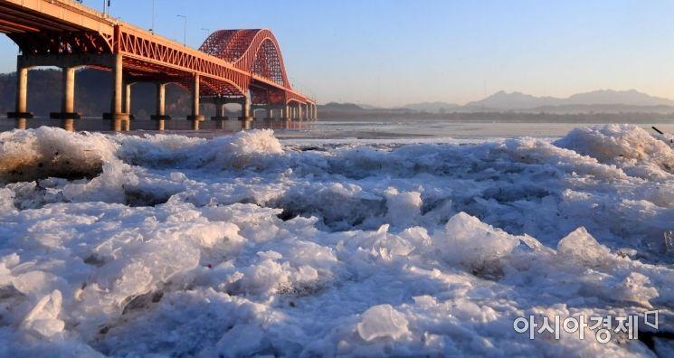 [포토] 한파가 만든 한강 얼음