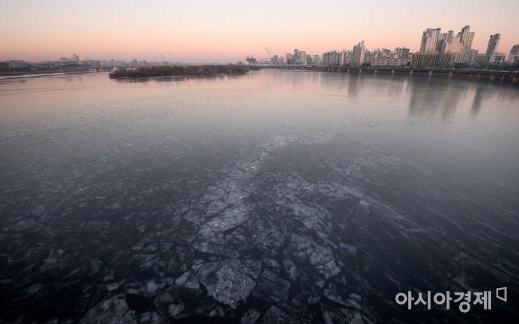 [포토] 계속된 한파에 얼어버린 한강