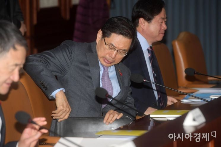 [포토]새해 첫 국정현안점검조정회의 준비하는 박상기 법무부 장관