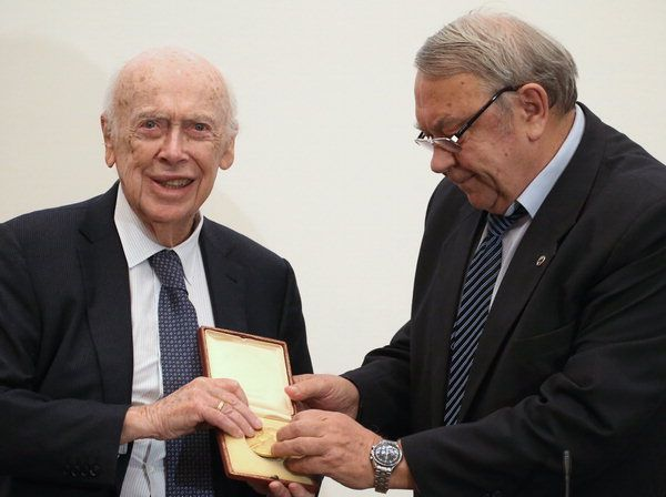 지난 2015년 경매에 부쳤던 노벨상을 돌려받은 왓슨박사(왼쪽)의 모습(사진=연합뉴스)