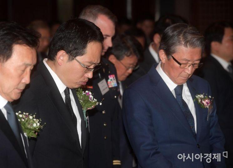 [포토]묵념하는 최대집 의사협회장과 임영진 병원협회장