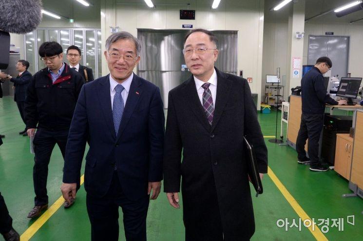 [포토] 부평 절삭공구 공장 찾은 홍남기 부총리