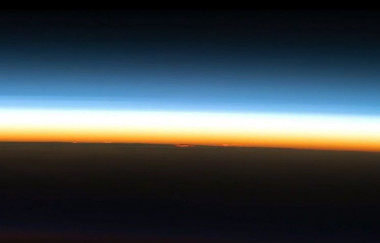 고도 100㎞ 이상 지구와 우주의 경계를 카르만라인이라고 하는데 조만간 그 기준이 80㎞로 바뀔 것으로 보입니다. [사진=유튜브 화면캡처]