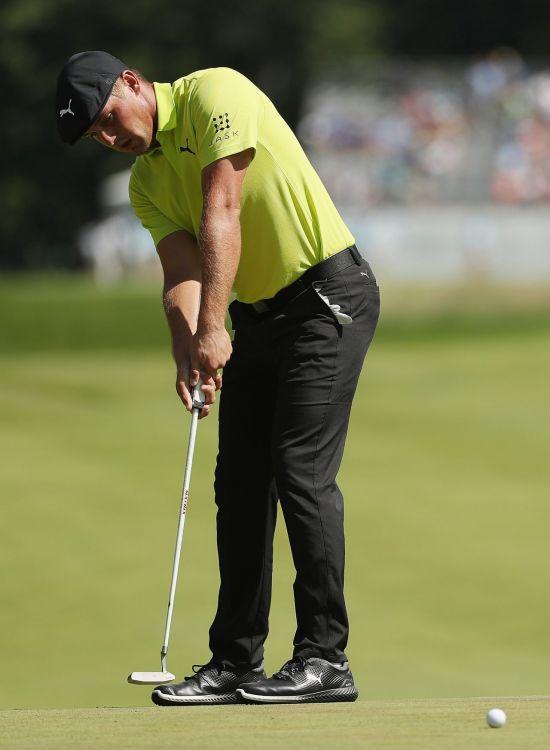 브라이슨 디섐보가 센트리토너먼트에서 핀을 꽂고 퍼팅하는 등 새 골프규칙에 따른 남다른 플레이를 예고했다.