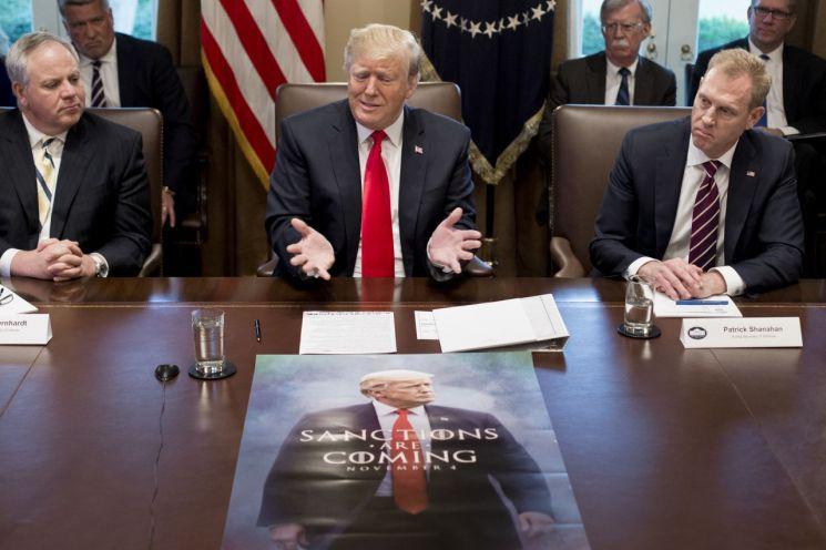 2일(현지시간) 미국 백악관에서 도널드 트럼프 (가운데) 대통령이 패트릭 섀너핸(오른쪽) 국방장관 대행 등이 배석한 가운데 각료회의를 주재하고 있다.      그는 이날 각의에서 김정은 북한 국무위원장으로부터 친서를 받은 사실을 공개하고 그리 멀지 않은 시점에 제2차 북미 정상회담을 추진하겠다고 밝혔다. [이미지출처=연합뉴스]