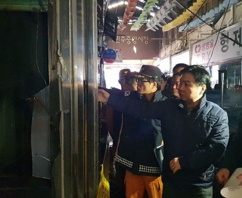 홍종학 중소벤처기업부 장관(오른쪽 첫 번째)이 3일 원주중앙시장을 방문해 화재 피해 현황을 살펴보고 있다.