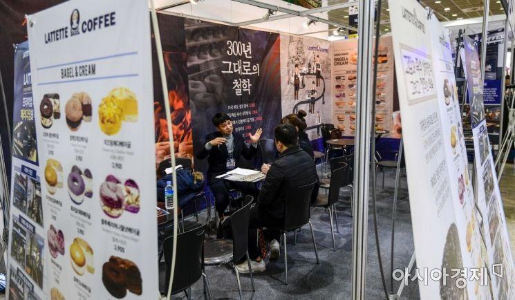 2019년 서울 강남구 코엑스에서 열린 '프랜차이즈 창업박람회' 모습. 참가한 예비 창업인들이 참가업체 관계자들과 상담하고 있다./강진형 기자aymsdream@