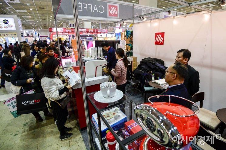 [포토]커피 프랜차이즈 업체 앞에 모인 예비 창업인들