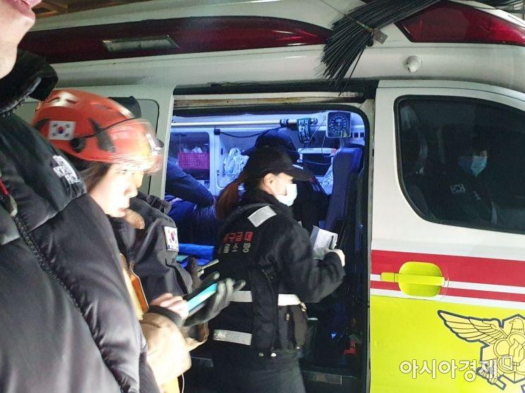 3일 낮 12시40분께 서울 봉천동 모텔에서 발견된 신재민 전 기획재정부 사무관이 119구급차로 옮겨졌다. /사진=유병돈 기자
