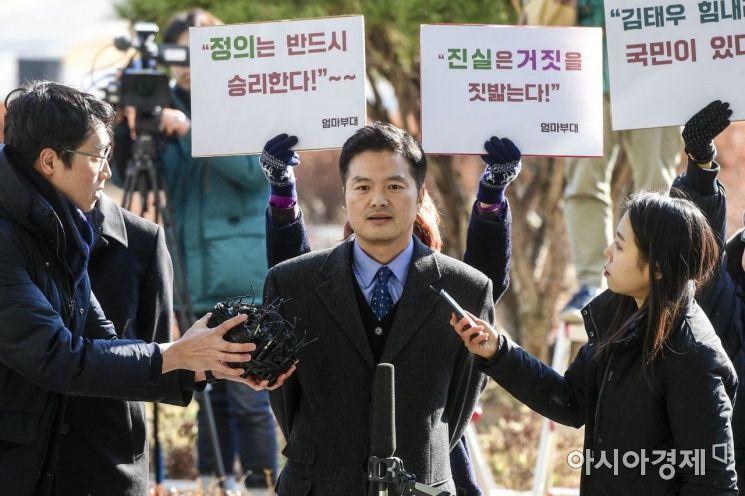 [포토] 취재진 질문에 답하는 김태우 수사관