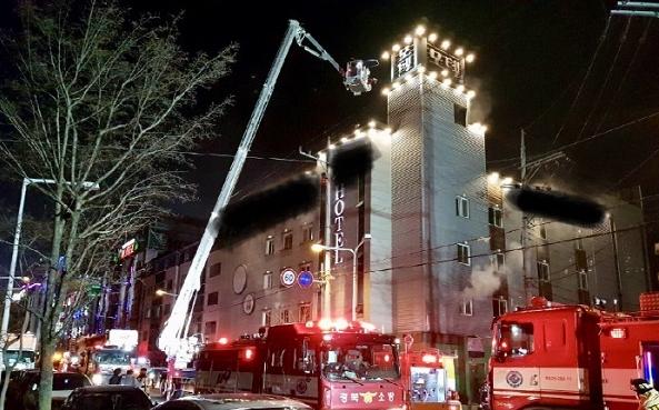 2일 오후 경북 구미의 한 모텔에서 불이 나 출동한 소방대원들이 진화작업을 벌이고 있다. 사진=연합뉴스
