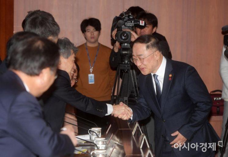 [포토]악수하는 홍남기 경제부총리와 윤종원 경제수석