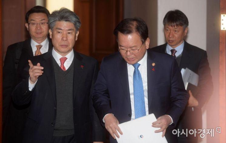 [포토]회의 참석하는 윤종원 경제수석과 김부겸 장관