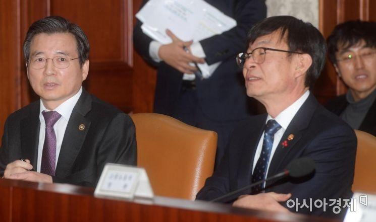 [포토]대화하는 김용범·김상조