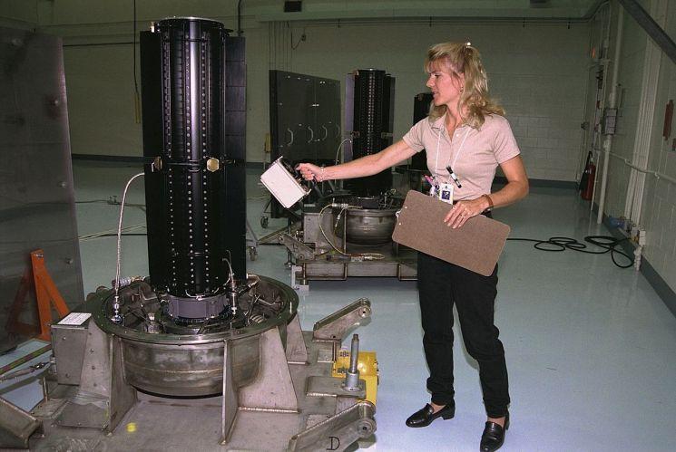 1997년 발사됐던 미국의 토성탐사선, 카시니호에 탑재됐던 원자력전지의 모습. 원자력전지는 태양광패널을 이용하기 어려운 달 뒷면 탐사에 필수적인 에너지원이다. (사진=NASA/https://www.nasa.gov)