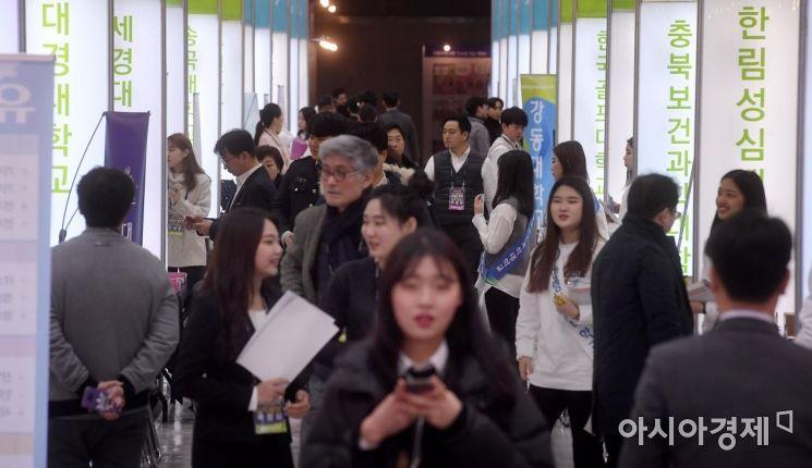 [포토] 전문대학 홍보 부스 둘러보는 수험생과 학부모
