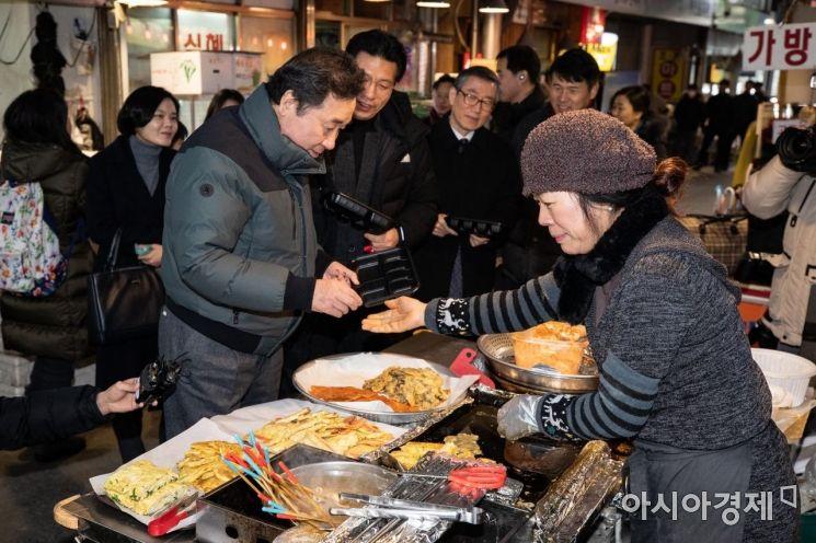 [포토] 시장 음식 구매하는 이낙연 총리