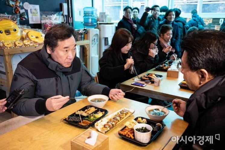 [포토] 엽전도시락 식사하는 이낙연 총리