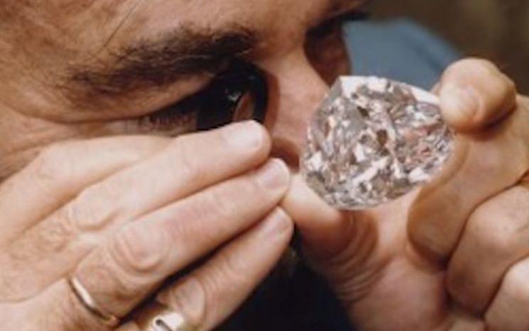 영원한 사랑의 상징 다이아몬드의 질량 단위는 '밀리그램'이 아닌 '캐럿'을 사용합니다. [사진=유튜브 화면캡처]