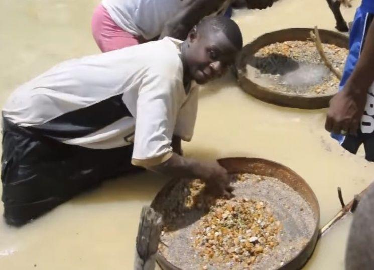 다이아몬드를 채굴하고 있는 사람들. [사진=유튜브 화면캡처]