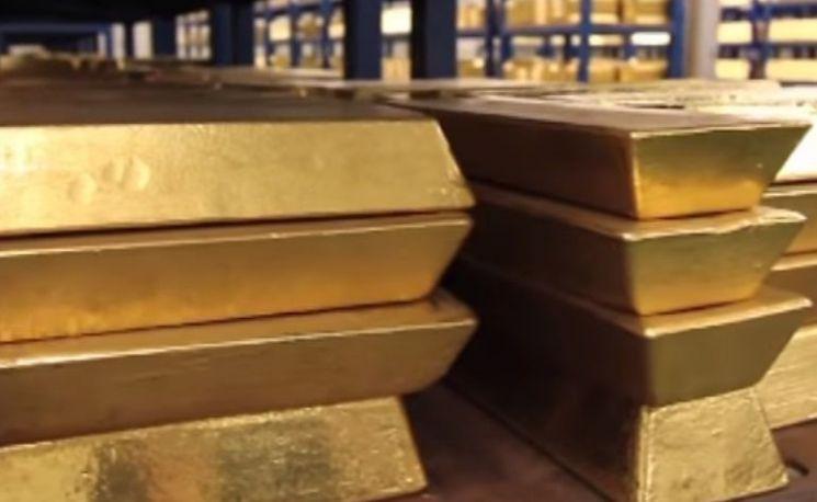 금융기관에서 보관 중인 골드바의 모습. 금은 순도의 단위로 캐럿을 사용합니다. [사진=유튜브 화면캡처]